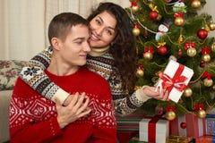 Счастливые пары с подарком рождества и Нового Года дома Вал ели с украшением Концепция зимнего отдыха семья ся совместно Стоковые Изображения