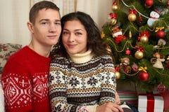 Счастливые пары с подарком рождества и Нового Года дома Вал ели с украшением Концепция зимнего отдыха семья ся совместно Стоковое Изображение