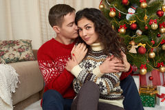 Счастливые пары с подарком рождества и Нового Года дома Вал ели с украшением Концепция зимнего отдыха семья ся совместно Стоковая Фотография RF