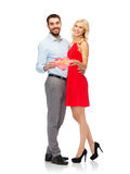 Счастливые пары с подарочной коробкой красного сердца форменной Стоковые Фото