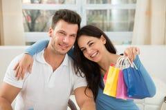 Счастливые пары с сумкой Стоковые Изображения