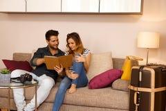 Счастливые пары с таблеткой на празднике Стоковые Фото