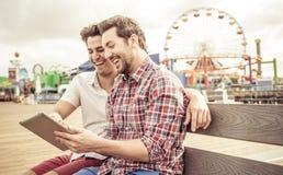 Счастливые пары с таблеткой стоковое изображение rf