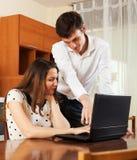 Счастливые пары с тетрадью дома Стоковое Фото