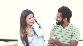 Счастливые пары слушая к музыке совместно, делящ наушники акции видеоматериалы