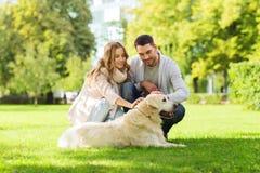 Счастливые пары с labrador выслеживают идти в город Стоковое фото RF