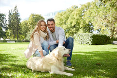 Счастливые пары с labrador выслеживают идти в город Стоковая Фотография
