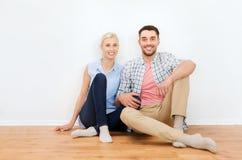 Счастливые пары человека и женщины к новому дому Стоковые Фото