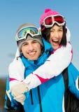 Счастливые пары лыжников горных вершин имеют потеху Стоковое фото RF
