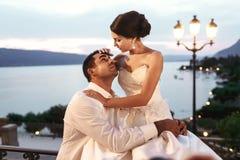 Счастливые пары экономно расходуют и жена обнимая на балконе в выравниваться близко Стоковое фото RF