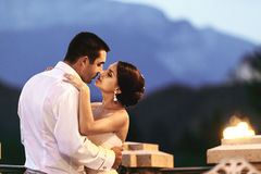 Счастливые пары экономно расходуют и жена обнимая на балконе в выравниваться близко Стоковое Изображение RF