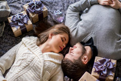 Счастливые пары любовников лежа между подарками рождества Стоковая Фотография