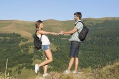 Счастливые пары hikers в горах Стоковые Изображения RF
