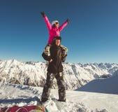 Счастливые пары snowboarders в высокогорных горах Стоковое фото RF