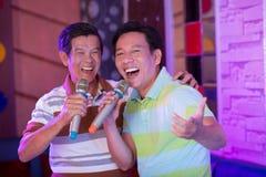счастливые певицы стоковые изображения