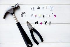 Счастливые письма дня отцов отрезали вне от кассеты и инструментов стоковое фото