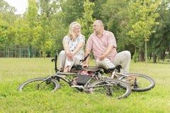 Счастливые пожилые пары ослабляя Стоковое Изображение RF