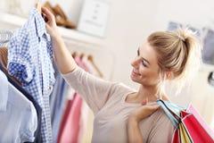 Счастливые покупки женщины для одежд Стоковая Фотография