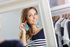 Счастливые покупки женщины для одежд Стоковые Изображения RF