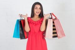 Счастливые покупки, продажа Красивейшая женщина с много хозяйственными сумками Стоковые Изображения