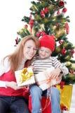 Счастливые подарки отверстия матери и сына стоковые фото