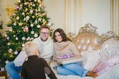 Счастливые подарки familyexchange Стоковые Изображения RF
