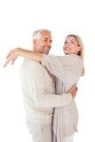 Счастливые положение и обнимать пар Стоковое Изображение RF