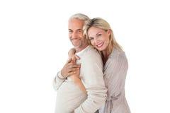 Счастливые положение и обнимать пар Стоковая Фотография