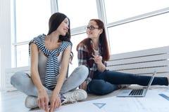 Счастливые положительные женщины смотря один другого Стоковое Изображение