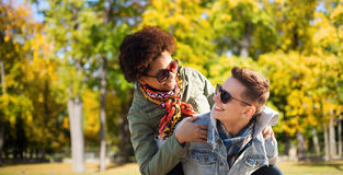 Счастливые подростковые пары в тенях имея потеху outdoors Стоковые Изображения RF