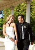 Счастливые подростковые пары идя к выпускному вечеру Стоковое фото RF