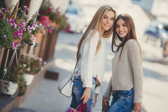 Счастливые подруги идут ходить по магазинам на моле Стоковое фото RF