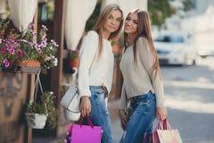 Счастливые подруги идут ходить по магазинам на моле Стоковое Изображение