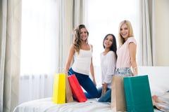 Счастливые 3 подруги с хозяйственными сумками Стоковое фото RF