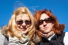 Счастливые подруги outdoors Стоковое Изображение RF