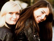 Счастливые подруги outdoors Стоковые Изображения RF