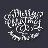 Счастливые праздники вручают надпись литерности на черной предпосылке доски мела Стоковые Фото