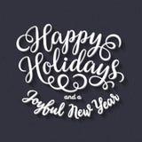 Счастливые праздники вручают надпись литерности на черной предпосылке доски мела Стоковое Фото