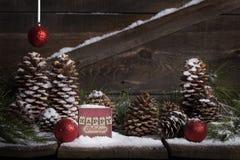 Счастливые праздники на винтажной коробке стоковая фотография rf