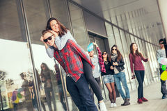 Счастливые предназначенные для подростков девушки и мальчики имея хорошую потеху приурочивают outdoors Стоковые Фотографии RF
