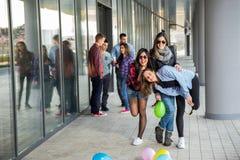 Счастливые предназначенные для подростков девушки и мальчики имея хорошую потеху приурочивают outdoors Стоковое Изображение