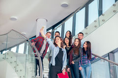Счастливые предназначенные для подростков девушки и мальчики на лестницах школе или коллеже Стоковое Изображение RF
