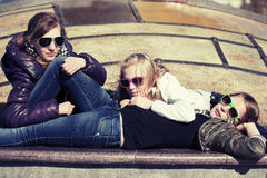 Счастливые предназначенные для подростков девушки на улице города Стоковое Фото