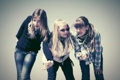 Счастливые предназначенные для подростков девушки против голубого неба Стоковое фото RF