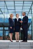 Счастливые предприниматели имея переговор стоковые изображения rf