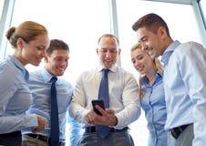 Счастливые предприниматели с smartphone Стоковые Изображения RF