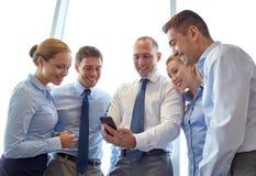 Счастливые предприниматели с smartphone Стоковое фото RF