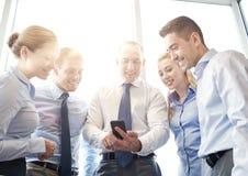 Счастливые предприниматели с smartphone Стоковые Фото