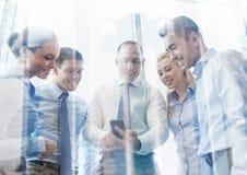Счастливые предприниматели с smartphone Стоковые Фотографии RF