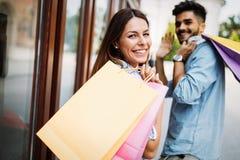 Счастливые привлекательные любящие пары наслаждаются ходить по магазинам совместно Стоковая Фотография RF